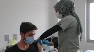 Salgına karşı 'milli mücadele' yürüten hastaneler günlük aşı uygulama kapasitesini artırıy