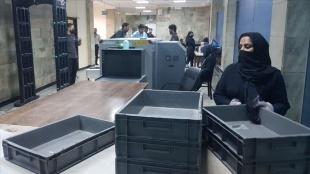 Taliban'ın kontrolündeki Kabil havalimanında kadın personel işlerine döndü
