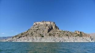 Tarihi Pertek Kalesi mavi suların ortasında ziyaretçilerini bekliyor