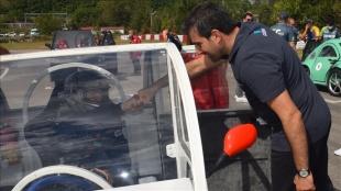 TEKNOFEST Yönetim Kurulu Başkanı Selçuk Bayraktar, lise öğrencilerinin araçlarını inceledi