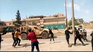 Terör örgütü YPG/PKK yandaşları Suriye'de ABD ordusu araçlarını taşladı