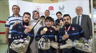 Tokyo Paralimpik Oyunları'nda madalya kazanan masa tenisçiler, Ankara'da çiçeklerle karşıl