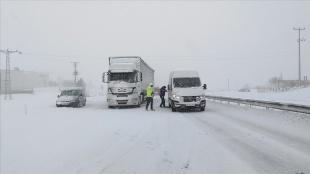 Yalova ve Bursa'da yoğun kar yağışı sürüyor